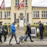 Langeland har lavet big business ud af at drive asylcentre ude i landet. Det startede som en solstrolehistorie, men har udviklet sig til et væld af møgsager. En gruppe flygtninge fra Irak er på vej gennem centrum af Rudkøbing, hvor de køber ind.