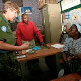 Lone Træholt på tjeneste i Kinshasa i Congo for FN. I løbet af et år indsamlede hun midler til køb af skoleuniformer og skolegang til 200 børn fra en lejr, der var oprettet til enker efter congolesiske regeringssoldater og deres børn. Privatfoto
