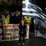 En dreng holder det græske flag ved en demonstration mod nye sparetiltag i Athen onsdag aften. REUTERS/Alkis Konstantinidis