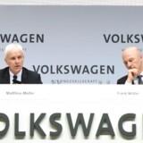 Volkswagens direktører (b.la. Administrerende direktør Matthias Müller)(tv.) måtte se deres samlede lønpakke skrumpe væsentligt i 2016, hvor bestyrelsen lagde låg på udbetalingerne i kølvandet af dieselskandalen. Det skriver Bloomberg News.