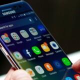 Med en kommende abonnementsordning vil Samsung-brugere efter et år kunne skifte til den nyeste topmodel. De gamle telefoner skal så genbruges og sælges igen. Arkivfoto: Drew Angerer, Getty Images/AFP/Scanpix