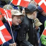 Arkiv: Mange fremmødte børn ventede på Kronprinsesse Marys ankomst til Rådhuset i Flensborg onsdag middag d. 6. maj 2009. Kronprinsparret var på besøg hos det danske mindretal i Sydslesvig.