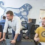 Leo Innovation Lab har fået vokseværk. De planlagte 40 ansatte i København er blevet til 65. Kristian Hart-Hansen (i midten) er CEO i innovationscentret, som er en del af medicinalkoncernen Leo Pharma. Foto: Nikolai Linares