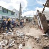 Soldater og frivillige vælter en ødelagt husmur i Joquicingo i Mexico. Tiden er ved at løbe fra eventuelle overlevende, der er begravet i murbrokkerne efter det voldsomme jordskælv, der rystede Mexico den 19. september.