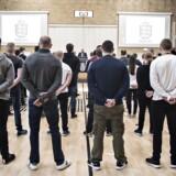 Arkivfoto: Justitsminister Søren Pape Poulsen (K), rigspolitichef Jens Henrik Højbjerg og skolechefen Erik Johansen bød onsdag den 1. marts 2017 de de første 56 politikadetter velkommen på Politiskolens nye uddannelse, der varer et halvt år. Kadetterne kommer blandt andet til at varetage bevogtningsopgaver, fangetransport og grænsekontrol. 470 ansøgere søgte om optagelse. Rigspolitiet indkaldte 282 ansøgere til prøve, hvor 182 deltog i januar i år. Over halvdelen - 57 procent - klarede ikke den fysiske prøve. På billedet: justitsminister Søren Pape Poulsen holder tale til kadetterne.. (Foto: Ida Guldbæk Arentsen/Scanpix 2017)