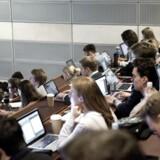 Studerende kan nu via en ny app sammenligne fordele og ulemper ved forskellige uddannelser. Billedet her er af studerende på CBS i København.
