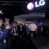 LG satser bevidst på at være førende på den nye skærmteknologi OLED (»Organic Light Emitting Diode«, organiske lysudsendende dioder), som giver langt skarpere og mere farveægte billeder. De andre TV-producenter holder sig endnu tilbage. Her er LGs stand på verdens største forbrugerelektronikmesse, Consumer Electronics Show, i Las Vegas i USA i januar. Arkivfoto: Steve Marcus, Reuters/Scanpix