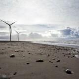 Ved Årgab syd for Hvide Sande på den jyske vestkyst pumper sandsugerskibe 700.000 kubikmeter sand tæt på kysten som kystsikring. Frank Boutrup Schmidt