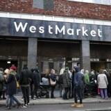 Ved åbningen af WestMarket stod folk i kø udenfor, men i dag er der længere mellem kunderne. I følge arkitekten bag Torvehallerne, starter det succesfulde madmarked allerede med facaden, der skal forføre kunderne.