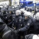 Alternative für Deutschlands kongres blev flere timer forsinket på grund af voldelige protester.