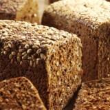 Spis mindst 75 gram fuldkorn om dagen. Fuldkorn findes i mad lavet af kornprodukter, hvor hele kornet er taget med. 75 gram fuldkorn svarer eksempelvis til to deciliter havregryn og en skive fuldkornsrugbrød. Free/Colorbox