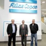 Akrivfoto af Bengt Lindgren, Ronnie Leten og Mikael Bergstedt foran Atlas Copcos logo.