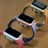 Apple Watch er godt nok det bedst sælgende smarturmærke, men selve salget er gået 55 procent tilbage på et år. Arkivfoto: Andrew Kelly, Reuters/Scanpix