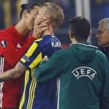 Zlatan Ibrahimovic har her godt fat i Simon Kjærs hals. Reuters/Osman Orsal