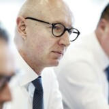 Novo Nordisk-topchef Lars Fruergaard Jørgensen, der her er omkranset af Mads Krogsgaard Thomsen og Jesper Brandgaard, står til at få fordoblet sin bonus, hvis han får medicinalgiganten på rette vækstspor.