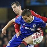 I mandags slog Chelsea Manchester United 1-0. Her ses Uniteds Henrikh Mkhitaryan (bagerst) kæmpe med Chelseas Cesar Azpilicuteta.