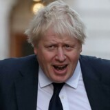 Da udenrigsminister Boris Johnson i sommer blev spurgt om EUs krav om over 400 mia. kr. - så svarede han: »De kan rende og hoppe.« Nu har hans regering atter bøjet sig for EU, og er ifølge de britiske medier gået med til at betale over 400 mia. kr. over 40 år.
