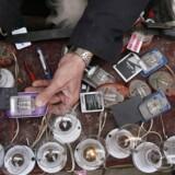 I 2020 vil flere mennesker på kloden have en mobiltelefon end adgang til strøm. Her forsøger afghanske handlende at oplade mobiltelefoner efter voldsomme strømudfald i den nordlige del af landet som følge af krigshandlinger. Arkivfoto: Jawad Jalali, EPA/Scanpix