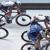 Der måtte moderne elektronik til at kåre vinderen af det yderst tætte opløb mellem Marcel Kittel (nederst) og Edvald Boasson Hagen under dette års Tour de France. Men giver det mening at udbrede denne præcision i det moderne samfund? Foto: EPA
