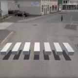 Hvad?!? Fodgængerfeltet svæver tilsyneladende, men det er optisk bedrag, for det er malet på vejen for at skærpe bilisternes opmærksomhed. Foto: Vegmalun GIH/YouTube