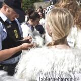 Klimabevidste efterskoleelever i isbjørnekostumer bliver registreret af lovens lange arm under Folkemødet på Bornholm.