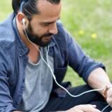 En forældet EU-lovgivning er skyld i, at videotjenesten YouTube kan slippe med at betale mindre til musikere og pladeselskaber end streamingtjenester som Spotify. Sådan lyder det fra musikselskabernes brancheorganisation, IFPI.