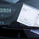 Et bredt flertal på Christiansborg vil kræve, at de private parkeringsselskaber laver et uvildigt klageorgan. På den måde kan bilister slipper for at skulle slæbe selskaberne i retten, hvis de vil klage over parkeringsbøder. (Arkivfoto)