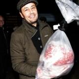 Københavns Kogræsserlaug havde udlevering af kød i tirsdags. De ti Herefordkøer har gået på Amager Fælled siden foråret og har ædt sig store og tykke. For tre uger siden blev de slagtet. Berlingskes Jens Rebensdorff fik sine 15,5 kilo bæredygt kød.