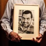Dan Uzans far, Sergeot Uzan, her med et billede af sin afdøde søn. Dan Uzan blev 37 år gammel.