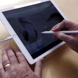 Den nye, store iPad Pro på 12,9 tommer kan bruge en særlig, digital pen - men har også problemer med pludselig at gå i sort, lyder klagen fra mange brugere. Arkivfoto: Stephen Lam, Reuters/Scanpix