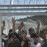 ARKIVFOTO. Frustrationerne over forholdene i flygtningecenteret Moria på den græske ø Lesbos og frygten for at blive sendt tilbage til Tyrkiet, har nu udløst et oprør blandt nogle af lejrens over 2.000 flygtninge og migranter. Billedet er taget under pavens besøg i lejren 16. april.