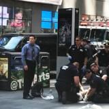 Èn person har mistet livet, efter at en bil er kørt ind i en menneskemængde med høj fart ved Times Square i New York. Det skriver nyhedsbureauet Reuters, der citerer øjenvidner.