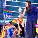 Jamala repræsenterede Ukraine til lørdagens Eurovision med vindersangen »1944«. Her fejrer hun sejren med sit trofæ.