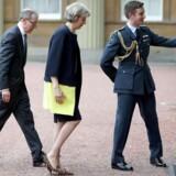 Theresa May ankommer onsdag aften sammen med sin mand Philip John til Buckingham Palace.