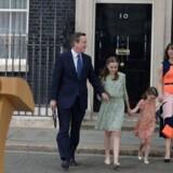 David Cameron forladerDowning Street 10 med sin familie, døtrene Nancy Gwen og Florence Rose Endellion, hustruen Samantha og sønnen Arthur Elwen.