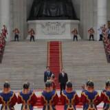 Den japanske premierminister, Shinzo Abe (midtfor t.v.), ankom torsdag til todagestopmødet Asia-Europe Meeting (ASEM) i Mongoliets hovedstad Ulan Bator, hvor han blev modtaget af æresgarden og landets præsident, Tsakhiagiin Elbegdorj. Foto: Wu Hong