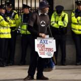 En enlig demonstrant protesterer mod Irlands lempelige skatteregler, der har tiltrukket multinationale virksomheder i årevis.