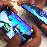 Spil på mobiltelefonen bliver stadig mere populære. Og nu begynder de, der har en Android-telefon med stor skærm, faktisk at bruge flere penge på mobilspil, end en iPhone-ejer gør. Arkivfoto: Yeon-Je Jung, AFP/Scanpix