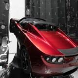 Den røde Tesla Roadster i Elon Musks Heavy Falcon-raket vil spille David Bowies rumklassiker »Space Oddity« under opsendelsen, der ventes at finde sted tirsdag aften dansk tid.