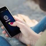 15. juni må teleselskaberne ikke tage mere for, at folk bruger tale og data af deres abonnement på ferie i Europa end herhjemme. Til gengæld stiger alle mobilpriserne nu. Arkivfoto: Shutterstock/Scanpix