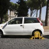 Biler, der er blevet blokeret af myndighederne med hjullåse, er ikke et særsyn i andre europæiske lande. I den italienske hovedstad, Rom, der er kendt for sine særdeles indviklede parkeringsregler, bliver de lokale Fiat'er ofte klodset op. Nu er københavnske politikere parate til at gå samme vej. Arkivfoto: Damian Davies