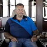 Skagens fiskematador Henning Kjeldsen må vente endnu nogle måneder på levering af sin nye trawler, som skal genindsætte ham på tronen som ejer af Danmarks største fiskekutter