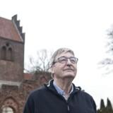 Kirkeværge Eli Hagerup foran Vallensbæk gamle kirke. En kirke har været udsat for indbrud, hvor alarmen, som det kritiserede firma Verisure havde sat op, var tavs. Angiveligt på grund af fejl på udstyret.