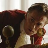Ole Rømer i skikkelse af skuespiller Christian Brabrand ser nærmere på Jupiters måner.