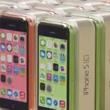 Apples iPhone 5C er blandt de telefoner, som den svenske højesteret mener skal være pålagt afgift efter, hvor meget lagerplads der er på den. Arkivfoto: Adrees Latif, Reuters/Scanpix