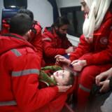 Syriske medarbejdere fra Den internationale Røde Kors Komité evakuerer en såret baby fra Douma i den østlige del af Damascus forstaden Ghouta, den 26. december, 2017. Det østlige Ghouta er et af de sidste oprørsstyrede områder i Syrien, og har været i kamp med regeringsstyrker siden 2013.