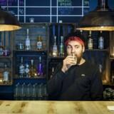 Frederick-Sebastian Krause er indehaver af akvavit-baren Rastløs, hvor han serverer akvavit og cocktails lavet på akvavit. Foto: Niels Ahlmann Olesen