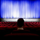 Forladt biografhal. Næsten ingen mennesker besøger biograferne i Danmark når solen bager ned