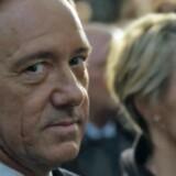 Frank eller Kevin? I nogle øjeblikke synes det nemlig umuligt at skelne den 55-årige skuespiller Kevin Spacey fra karakteren Frank Underwood. Pressefoto fra »House of Cards«.
