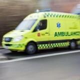 En person er omkommet, da en familiebil blev ramt af en betonklods, som blev kastet ud fra en bro. Free/Colourbox
